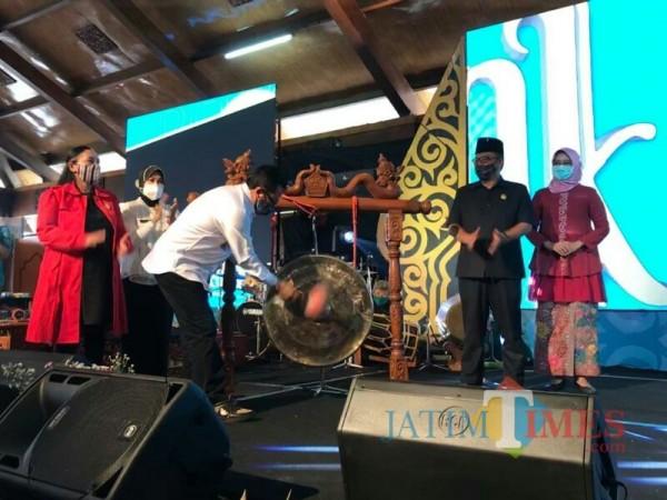 Sutiaji memukul gong meresmikan dimulainya Pekan Budaya Daerah Kota Malang. (Foto: Ima/ MalangTIMES)