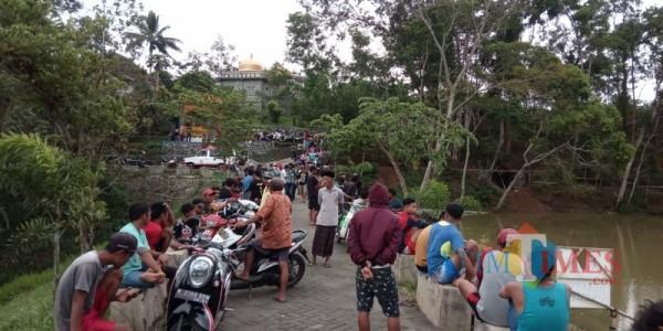 Warga saat mengerumuni lokasi kejadian tenggelamnya seorang remaja di embung yang ada di Kecamatan Gedangan (Foto : Istimewa)