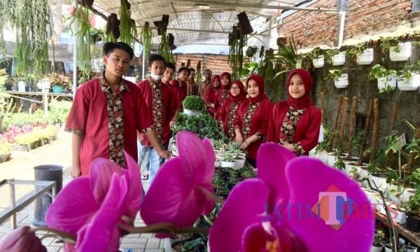 Beberapa pegawai toko Mulyodadi saat berada di area tanaman di Toko Mulyodadi,Desa Mulyoagung, Kecamtan Dau, Kabupaten Malang. (Foto: Irsya Richa/MalangTIMES)