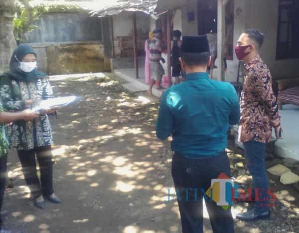 Camat Glagah didampingi Kades Paspan (kanan) Melakukan Simulasi Acara Pernikahan di desa Paspan kecamatan Glagah Banyuwangi Nurhadi Banyuwangi Jatim Times