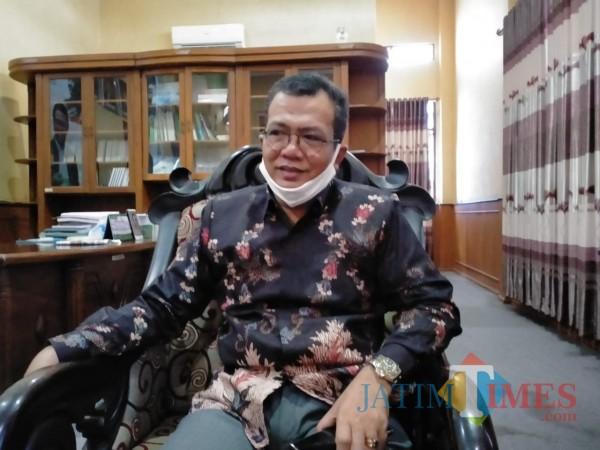 Ketua DPRD Kabupaten Sumenep, A. Hamid Ali Munir saat berbicara Hari Kesaktian Pancasila di ruang kerjanya (Foto: Syaiful Ramadhani/JatimTIMES)