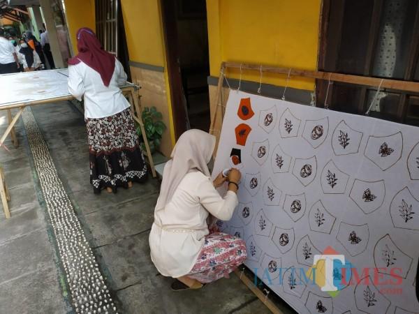 Masker batik tulis buatan warga RW 03 Kelurahan Sukun (Hendra Saputra)