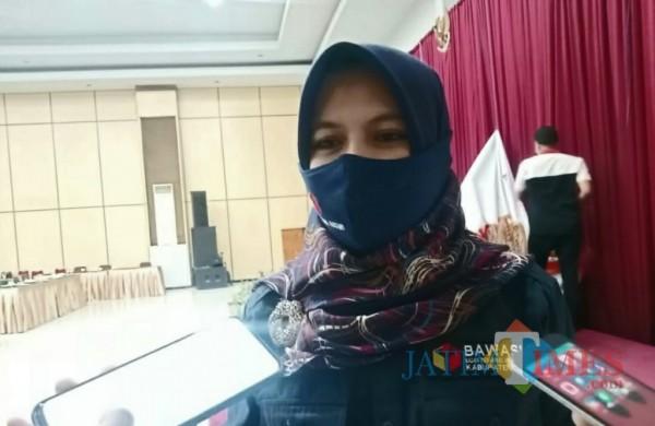 Sa'idatul Umah Ketua Bawaslu Kabupaten Kediri saat memberikan keterangan kepada wartawan. (Eko arif s/Jatimtimes)