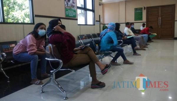 Beberapa warga sedang mengurus perceraian di Pengadilan Agama Bondowoso (Foto: Abror Rosi/JatimTimes)