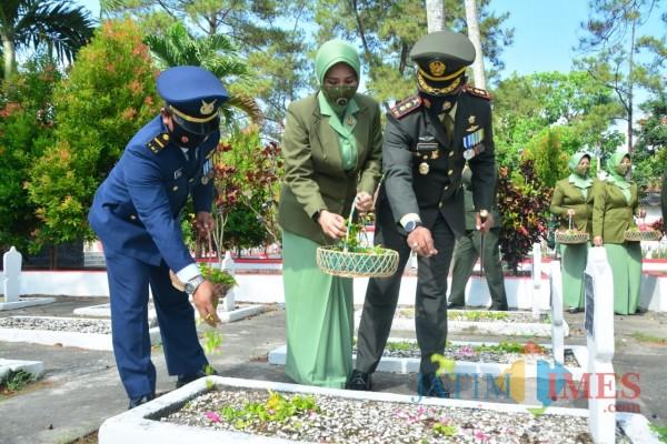 Dandim 0808//Blitar Letkol Arh Dian Musriyanto memimpin ziarah ke Taman Makam Pahlawan