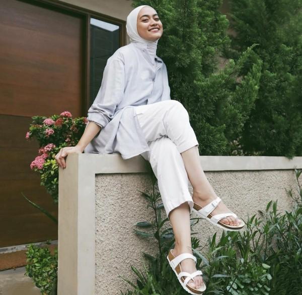 Outfit dengan hijab minimalis ala Ayu Dia Bing Slamet. (Foto: Instagram @ayudiac).