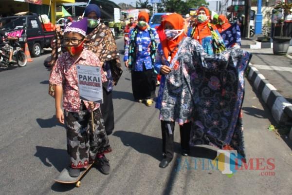 Paguyuban Batik Kalosa saat menggelar acara Fashion Street Batik Karlos 2020 di Karangploso, Jumat (2/10/2020). (Foto: Dok. JatimTimes)