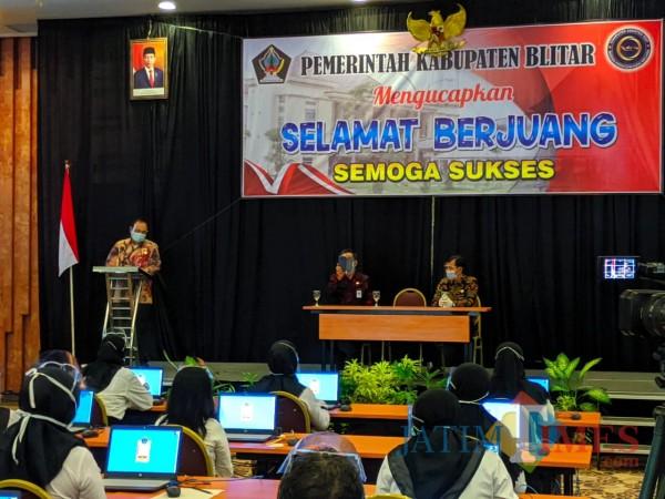 Pjs Bupati Blitar Budi Santosa memberikan suntikan semangat kepada para peserta ujian SKB CPNS.(Foto : Aunur Rofiq/BlitarTIMES)