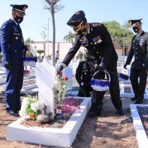 Menyambut HUT TNI, Para Prajurit di Madiun Lakukan Tabur Bunga di Makam Pahlawan