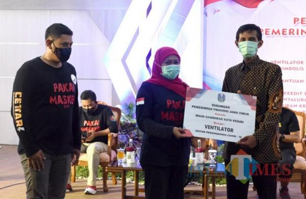 Gubernur Jatim Khofifah Indar Parawansa didampingi Wali Kota Kediri menyerahkan bantuan ventilaor secara simbolis kepada beberapa RS di Kediri.(ist)