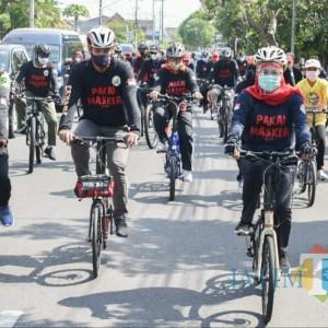 Kampanye Masker, Wali Kota Kediri dan Gubernur Jatim Bersepeda Keliling Kota