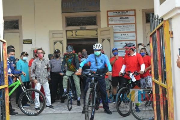 Wali kota Yogya dan wakil wali kota saat mulai jajal rute sepeda di tepian sungai.
