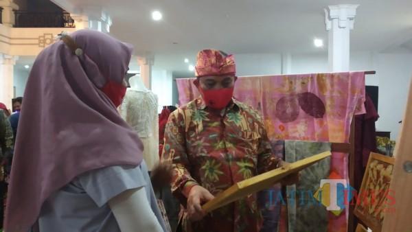 Ketua DPRD Kota Malang, I Made Riandiana Kartika saat meninjau stand pameran di lobby utama Gedung DPRD Kota Malang (Pipit Anggraeni/MalangTIMES).
