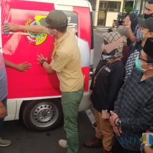 Plt Bupati Jember Tutup Gambar Faida Berseragam Bupati di Ambulan Desa