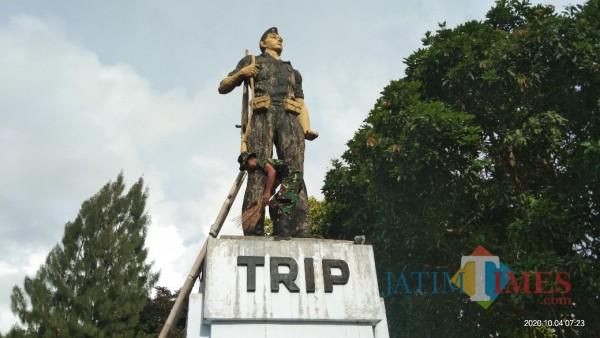 Anggota TNI membersihkan monumen TRIP di dekat Pasar Burung (Joko Pramono for Jarim TIMES)