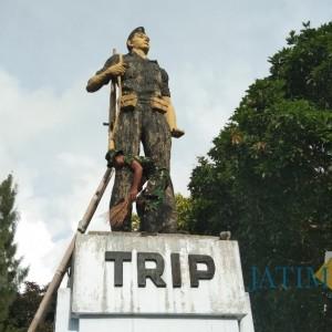 Jelang HUT TNI, Tentara Dibantu Warga Bersihkan Monumen TRIP
