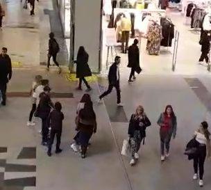 Potret aktivitas masyarakat Swedia di tempat umum tanpa kenakan masker di masa pandemi Covid-19. (Foto: video capture).