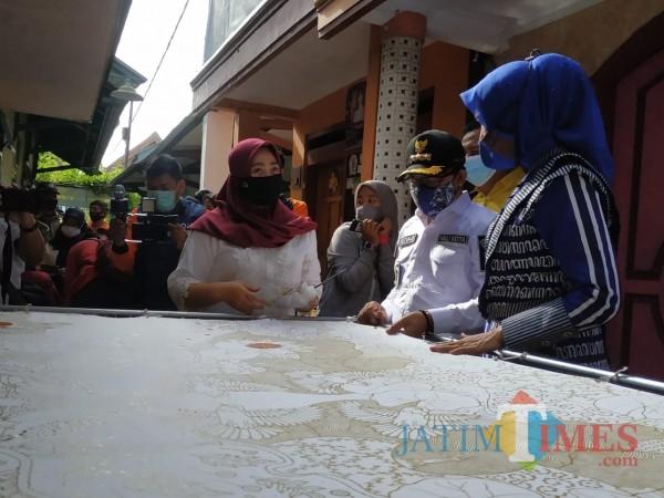 Sutiaji saat melihat  pembuatan batik tulis di  RW 03 Kelurahan Sukun. (Hendra Saputra)