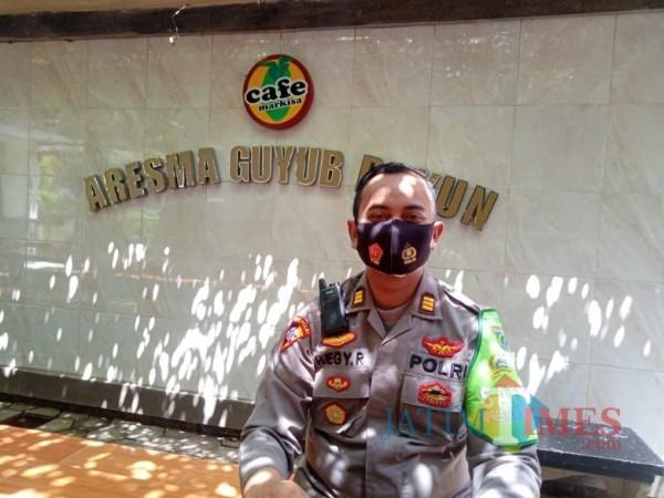 Kabag Ops Polres Malang, AKP Hegy Renanta saat ditemui awak media di salah satu cafe di sekitar Mapolres Malang, Senin (5/10/2020). (Foto: Tubagus Achmad/MalangTimes)