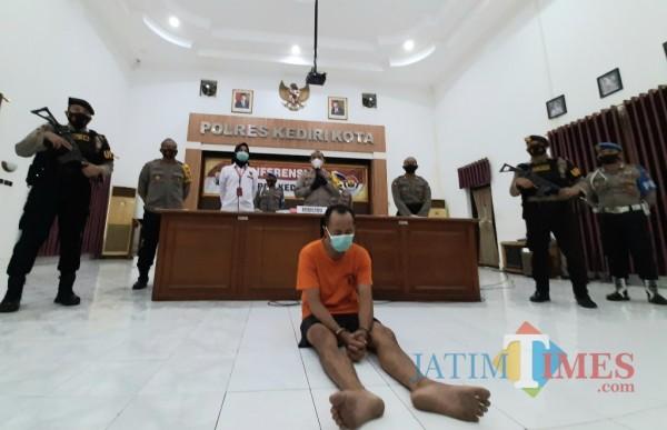 Kapolresta Kediri AKBP Miko Indrayana saat menggelar press rilis. (Eko arif s/Jatimtimes)