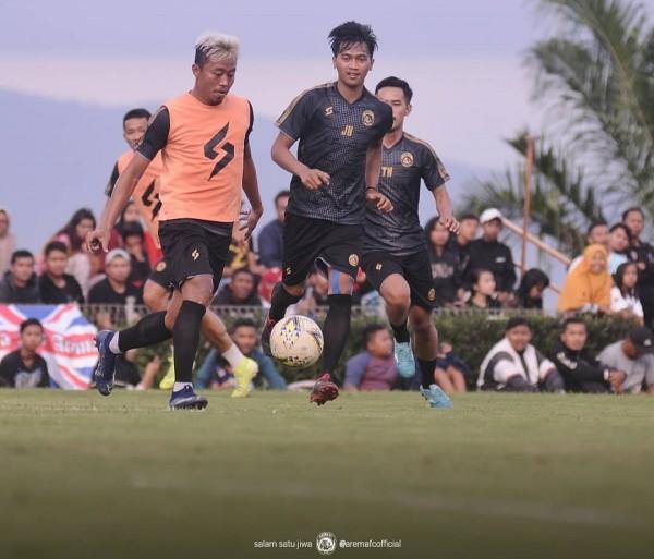 Kushedya Hari Yudo (pakai rompi) saat menguasai bola dalam latihan (official Arema FC)