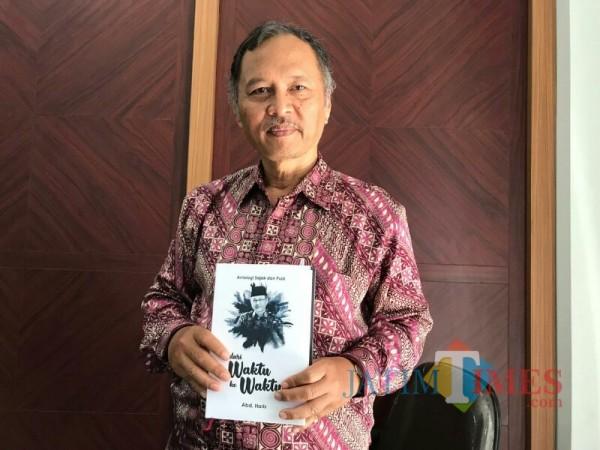 Rektor UIN Malang, Prof Dr Abdul Haris MAg dengan antologi puisi terbarunya. (Foto: Ima/MalangTIMES)