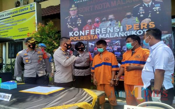 Kapolresta Malang Kota Kombespol Leonardus Simarmata saat melakukan interogasi singkat terhadap kedua pelaku (Anggara Sudiongko/MalangTIMES)
