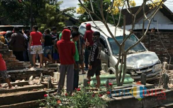 Kondisi mobil yang masuk makam di Desa Winong Kedungwaru (Foto: Istimewa/ TulungagungTIMES)