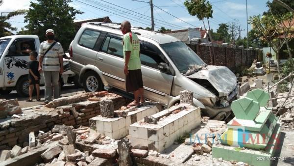 Mobil korban  setelah menabrak tembok makam. (Joko Pramono for Jatim TIMES)