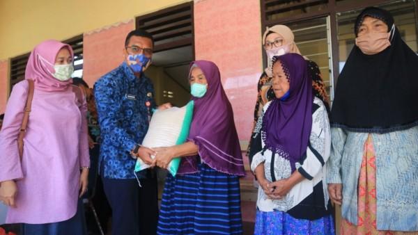 Penyerahan bantuan berlangsung di dua titik lokasi yakni, Kantor Desa Jagul dan Ngancar, Kecamatan Ngancar, Kabupaten Kediri. (Foto: Ist)