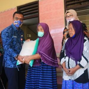 Dinsos Kabupaten Kediri Salurkan Bantuan Sembako kepada 100 Lansia