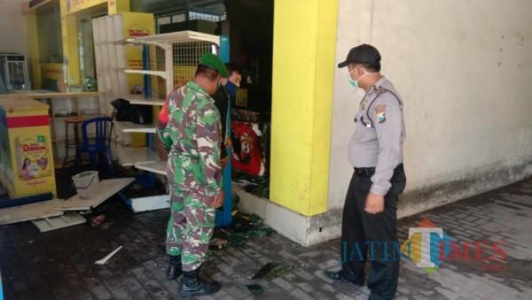 Petugas damkar bersama polisi dan TNI berhasil menjinakkan api. (Foto: Humas Polres Sumenep for JatimTIMES)