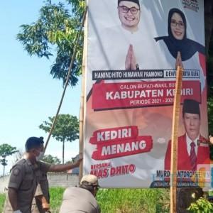 Bawaslu Kabupaten Kediri Copot Ribuan Alat Peraga Kampanye