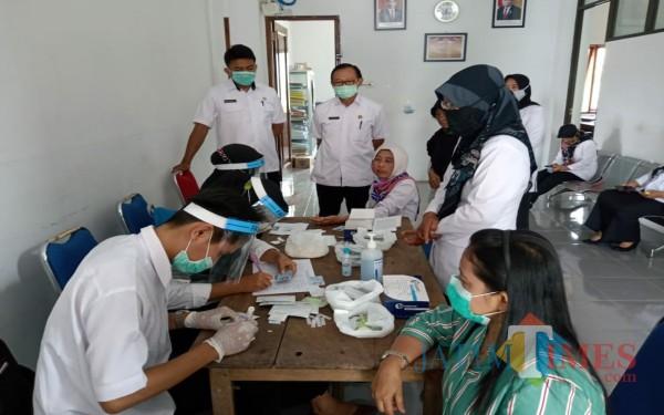 Petugas puskesmas lakukan rapid test terhadap  pegawai Kecamatan Ngantru / Foto : Istimewa / Tulungagung TIMES