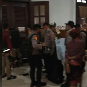 Ketakutan, Peserta Pameran UMKM Batik Sembunyi Saat Situasi Gedung DPRD Kota Malang Ricuh