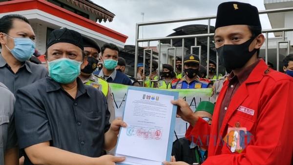 Anggota DPRD Kota Blitar Totok Sugiarto menerima salinan rekomendasi mahasiswa terkait penolakan Omnibus Law UU Cipta Kerja
