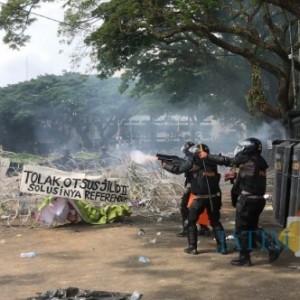Balai Kota Bak Medan Perang, Api Berkobar, Suara Tembakan Tak Henti Terdengar
