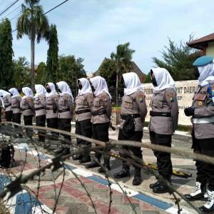 Polwan Berhijab di Sumenep Jadi Garda Terdepan Jaga Demo Tolak UU Cipta Kerja