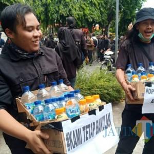 Sambil Menyelam Minum Air, Mahasiswa ini Berjualan Air Mineral di Tengah Aksi Demo