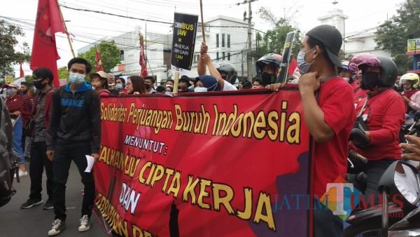 Aksi yang digelar mahasiswa dan buruh se-Malang Raya untuk menolak Omnibus Law UU Cipta Kerja. (Pipit Anggraeni/MalangTIMES).