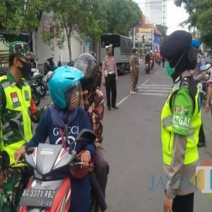 Tak Pakai Masker, 5 Orang Terjaring Operasi Yustisi di Depan Mapolres Tulungagung