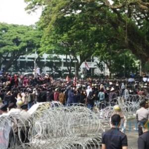Pasca Insiden Mencekam, Ribuan Massa Tolak Omnibus Law Cipta Kerja Kembali Padati Halaman DPRD