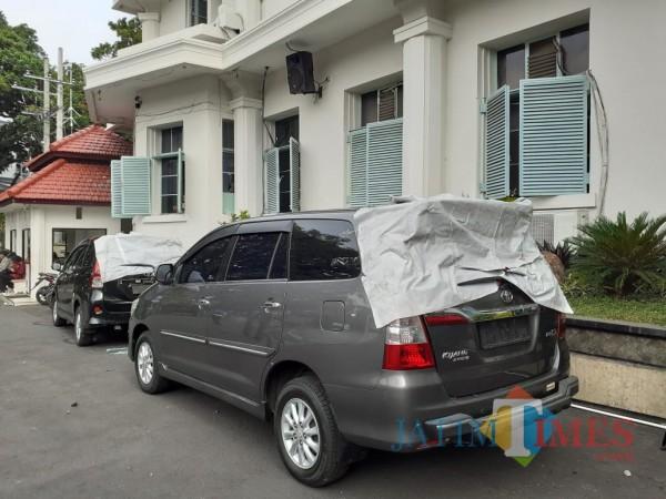 Potret dua mobil dinas Pemkot Malang yang rusak akibat aksi unjuk rasa di kawasan Alun-Alun Tugu Malang. (Arifina Cahyanti Firdausi/ MalangTIMES).