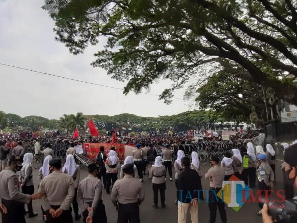 Potret aksi unjuk rasa tolak UU Omnibus Law Cipta Kerja di Kota Malang tanpa protokol kesehatan. (Arifina Cahyanti Firdausi/MalangTIMES).