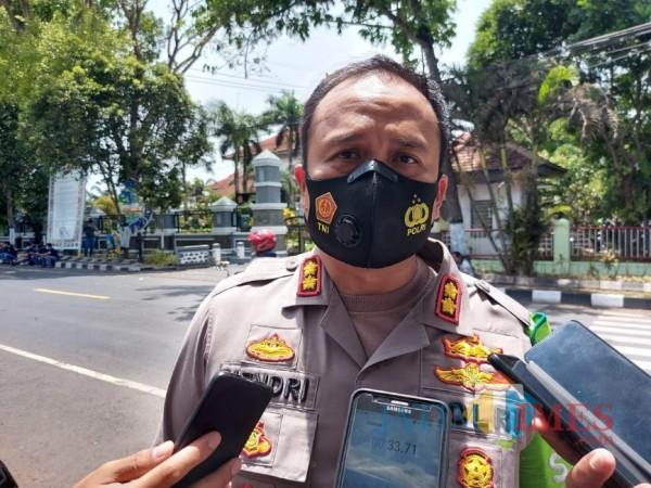 Kapolres Malang AKBP Hendri Umar saat ditemui awak media di luar Gedung DPRD Kabupaten Malang, Jumat (9/10/2020). (Foto: Tubagus Achmad/MalangTimes)