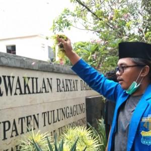 Demo UU Cipta Kerja, Mahasiswa Taburkan Kembang Boreh