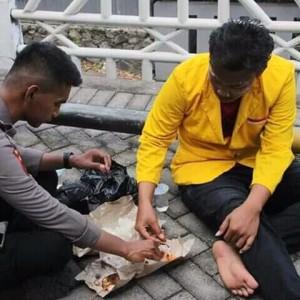 """Di Tengah Ricuhnya Demo, Beredar Foto """"Keuwuan"""" Pendemo Makan Bareng dengan Polisi"""