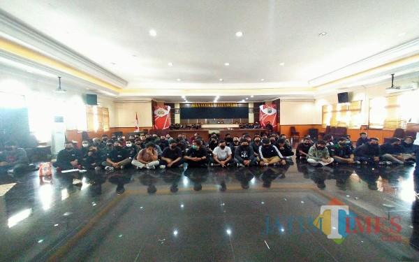 Para peserta unjuk rasa di Balaikota  yang diamankan polisi Polresta Malang Kota Anggara Sudiongko MalangTIMES)