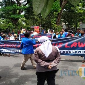 Sedang Berlangsung, PMII Tulungagung Demo Tolak UU Cipta Kerja di Depan Kantor DPRD