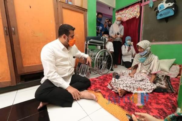Wali Kota Probolinggo Habid Hadi (kiri) menyerahkan kursi roda kepada salah satu warganya. (Foto: Bilhaq Nazal/Probolinggotimes)